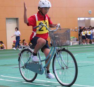 自転車に乗っている男の子の写真